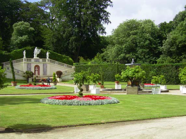 The Italian Garden in 2004. At present it has neither the architectural severity of the original concept, nor the bosky charm of the early 20th century garden